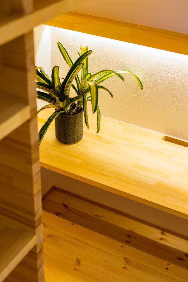アトリエプラス【デザイン住宅、間取り、ガレージ】階段下の空間にはカウンターを設け、掘りごたつスタイルに。お子さんが自由に使える多目的空間は、キッチンに立っていながらも様子がわかるので、奥さまも安心