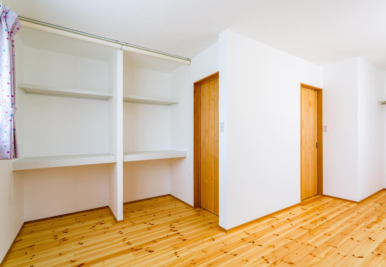 アトリエプラス【二世帯住宅、自然素材、インテリア】子供部屋の収納は建具を入れず、あえてロールカーテンにすることで圧迫感もなくコストダウンにもなる