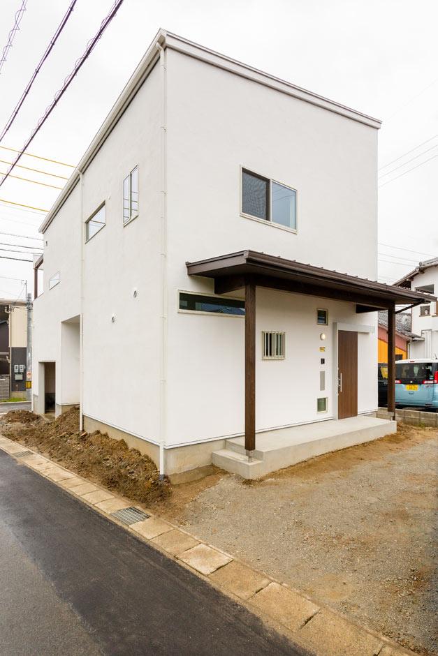アトリエプラス【デザイン住宅、間取り、ガレージ】内だけでなく外壁も漆喰の外観。真っ白で存在感が印象的だ