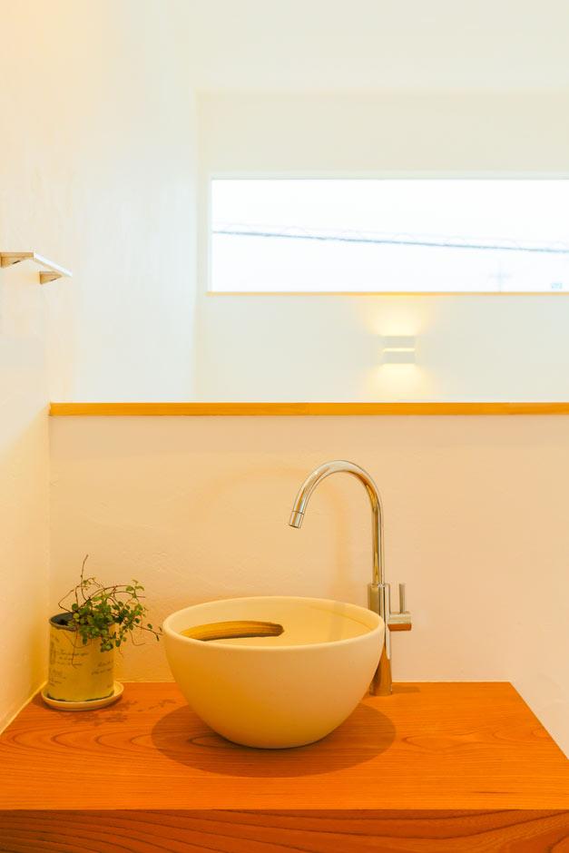 アトリエプラス【デザイン住宅、間取り、ガレージ】子供たちが帰ってきて部屋に入る前にすぐ手が洗えるよう、手洗いを設置。洗面ボウルもインテリアのひとつに