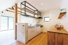 漆喰とモルタル+アイアンでモダンな空間をデザイン