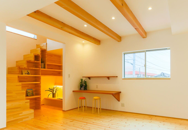 アトリエプラス【デザイン住宅、間取り、ガレージ】ひと際目を惹く造作階段が実現するのは、フルオーダーならでは。見た目の面白さから、飾り棚にするも良し。本などの収納棚にするも良し。その使い方はさまざま