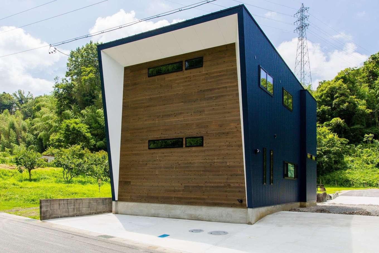 アトリエプラス【デザイン住宅、趣味、自然素材】道路から見える木製パネルは、家の「顔」になっている。経年変化によって色合いが変化していくが、それもまた自然の味わいとなる