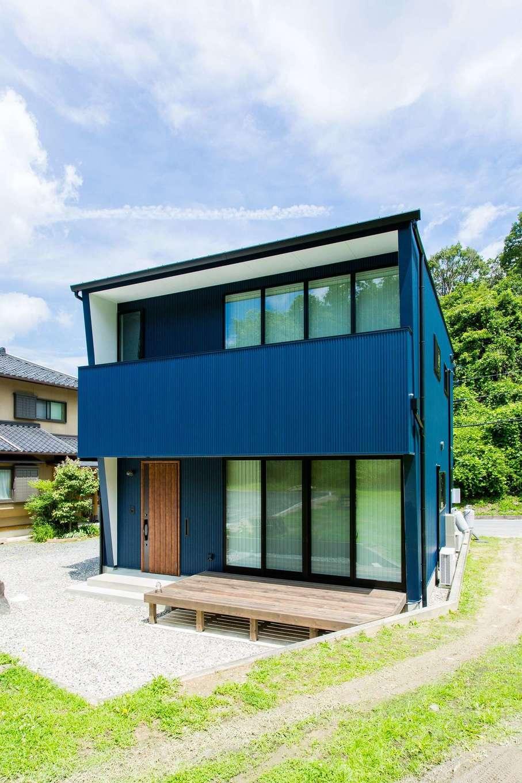 アトリエプラス【デザイン住宅、趣味、自然素材】反対側に回ると印象は一変。生活の場としての姿が顔を出す