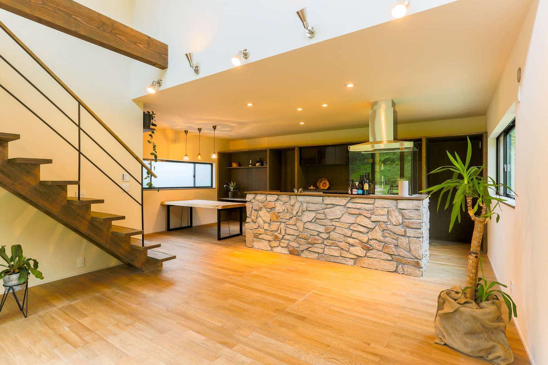 アトリエプラス【デザイン住宅、趣味、自然素材】吹き抜けのある開放的なリビングは、光を効果的に取り入れて明るい住環境をつくる