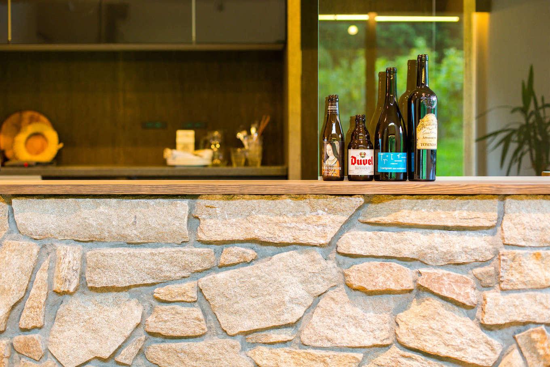 アトリエプラス【デザイン住宅、趣味、自然素材】石造りのキッチンは職人による造作。この不揃いさが既製品にはない味をだす