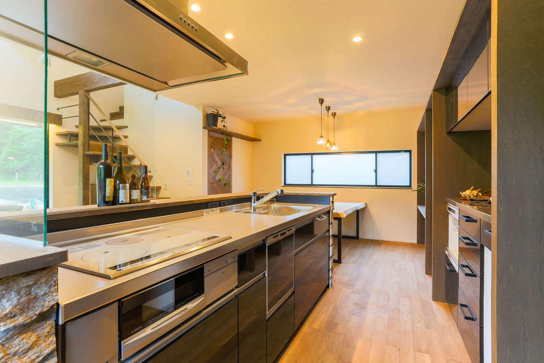 アトリエプラス【デザイン住宅、趣味、自然素材】開放感のあるアイランドキッチンで、料理とコミュニケーションの両立を実現