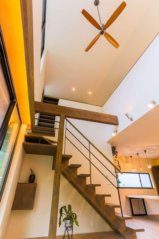 アトリエプラス【デザイン住宅、趣味、自然素材】階段スペースをすっきりさせることによって、リビングの吹き抜けがより高く広く見える