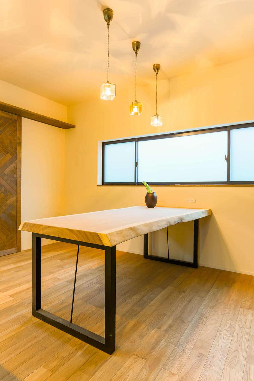 アトリエプラス【デザイン住宅、趣味、自然素材】一枚板のテーブルの持つ温かい雰囲気が、みごとに空間と調和している