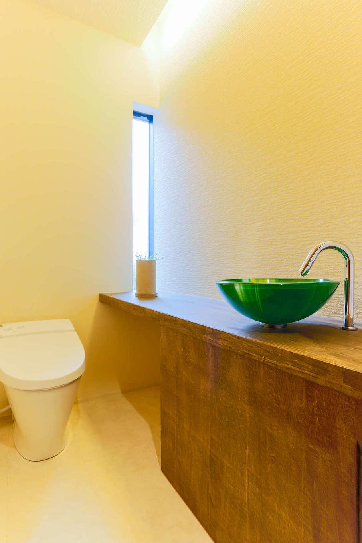 アトリエプラス【デザイン住宅、趣味、自然素材】洗面台を造作することで、自宅のトイレをお店のような雰囲気に