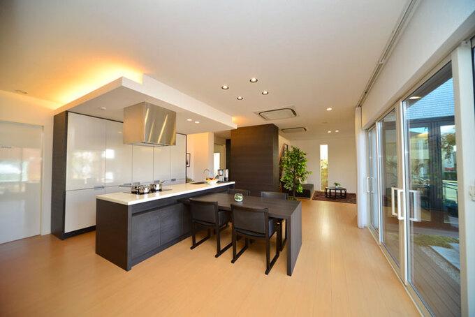 開放的なワンフロアの中心は家具調キッチン