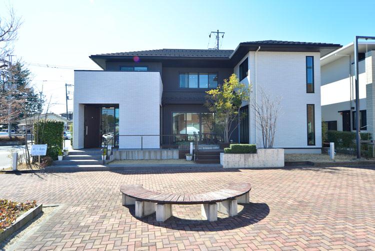 トヨタホームふじ【中巨摩郡昭和町西条138・モデルハウス】白と黒を基調としたスタイリッシュな外観