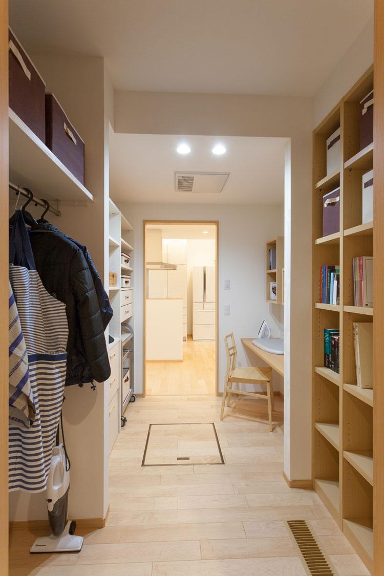 トヨタホームふじ【三島市松本27-1・モデルハウス】キッチンに隣接する家事コーナーにはパントリーも。アイロン掛けや食品庫として活躍