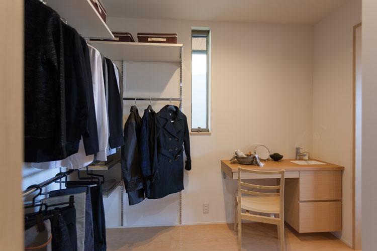 トヨタホームふじ【三島市松本27-1・モデルハウス】主寝室に隣接したウォークインクロゼットは、出入り口を2か所に設けた使い勝手のよい収納空間。奥様用のドレッサーも備えている