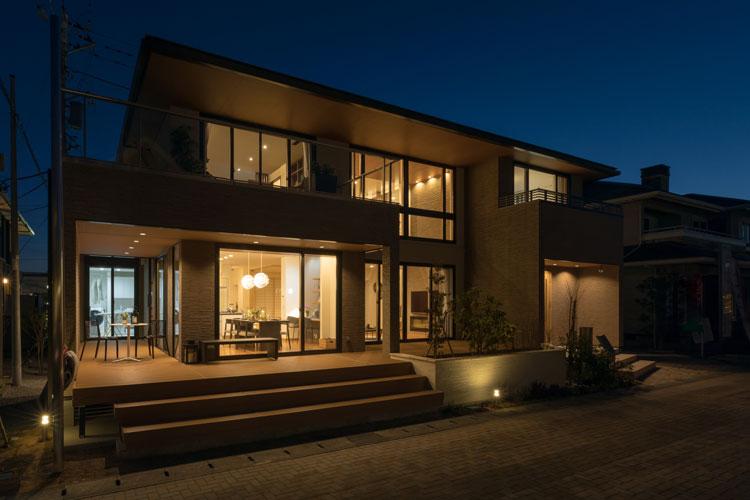 トヨタホームふじ【富士市今井348-4・モデルハウス】独自の構造で窓の大きな外観デザインを実現。広々とした開放感と快適さ、水平ラインの美しさが感じられる