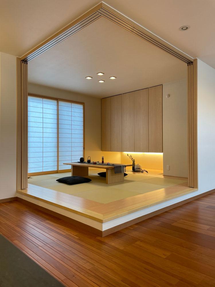 トヨタホームふじ【富士市今井348-4・モデルハウス】二方向をオープンにできる和室。柱のないコーナー部分を引込戸でLDKと一体感が増し、広々開放的な空間を演出
