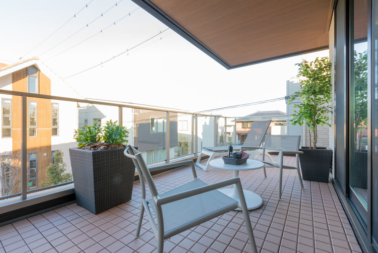 トヨタホームふじ【富士市今井348-4・モデルハウス】支柱のない大きな軒が、使い勝手を良くし利用範囲も広げてくれます。ガラスの腰壁は安全性を保ちながら明るさを確保。座ったまま景色を眺められる