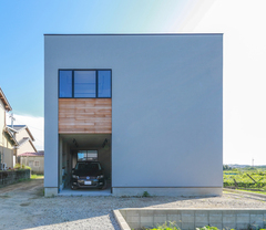 傾斜地に建つガレージと中庭付きの住まい