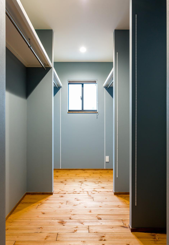 アトリエプラス【岡崎市井田町稲場2-1・モデルハウス】ブルーグレーの壁で彩った収納スペース。1Fにあるため、2Fへの私物持ち込みが少なめになる利点も