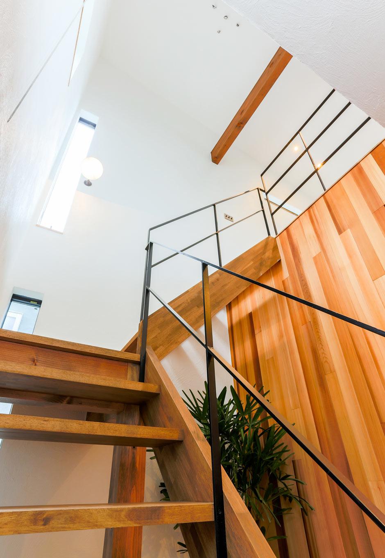 アトリエプラス【岡崎市井田町稲場2-1・モデルハウス】木の壁に包まれながら、玄関から階段へとアクセス。スケルトン階段を登ると、リビングダイニングがお目見え