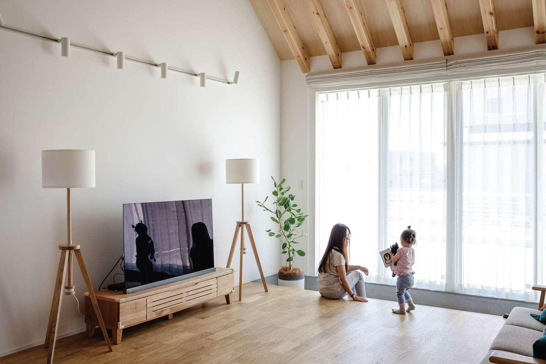 ワンズホーム【デザイン住宅、建築家、平屋】庭を望む大開口から光が射し込み、リビングは常に明るい。屋根断熱や換気システムの力で、室温は快適に保たれる