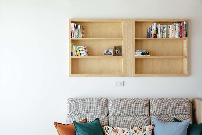 ワンズホーム【デザイン住宅、建築家、平屋】「活字が大好きで、2歳の娘と一緒に読むことも」そう話すご主人の希望でリビングに書棚を造作