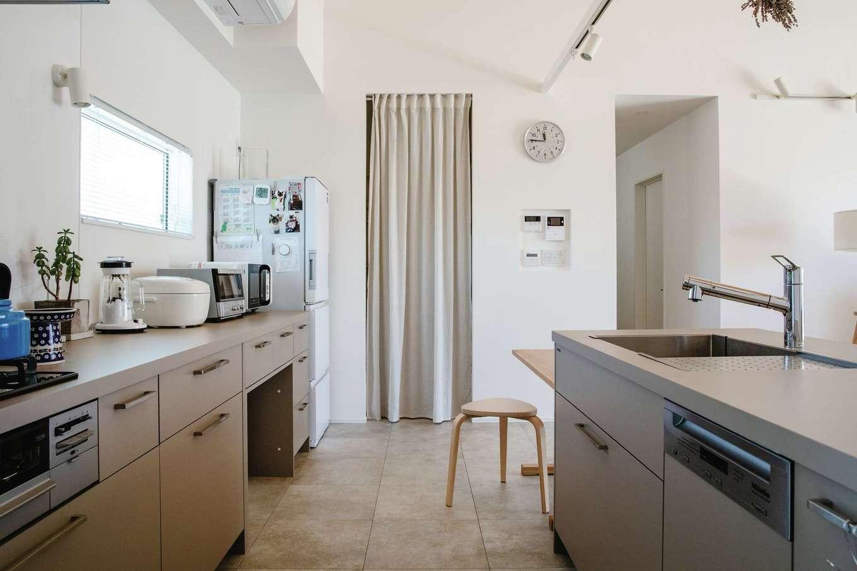 ワンズホーム【デザイン住宅、建築家、平屋】「グラフテクト」のアッシュグレーのキッチンを選択。隣にパントリーも用意