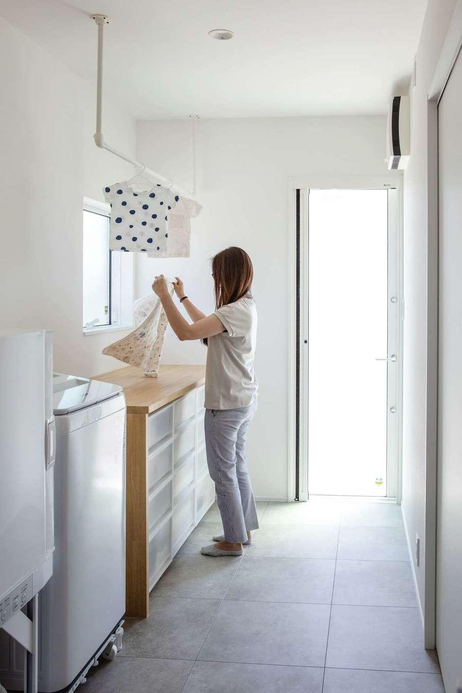 ワンズホーム【デザイン住宅、建築家、平屋】ガス式乾燥機「乾太くん」を導入したランドリールームは収納も兼ねている