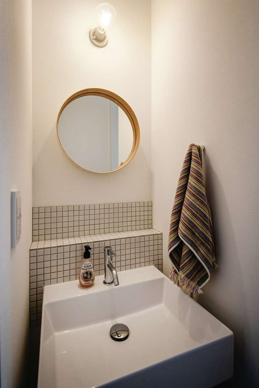 ワンズホーム【デザイン住宅、建築家、平屋】帰宅後に手を洗えるリビング前の造作洗面台。タイル貼りがポイントに