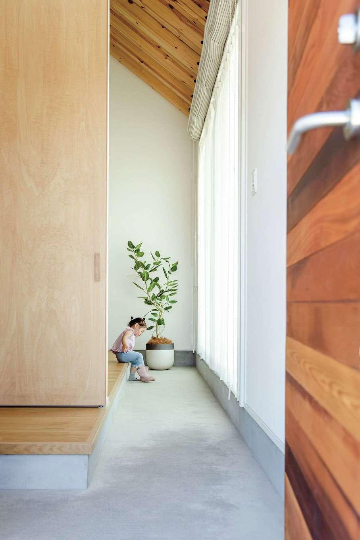 ワンズホーム【デザイン住宅、建築家、平屋】玄関からリビングまで続く土間は、実家と新居を行き来して過ごす愛犬の場所だ。窓から外へ出られるので、庭を自由に走り回らせているそう。壁に犬用フックも設置