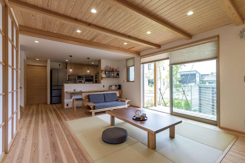新栄住宅【和風、自然素材、省エネ】ダイニングテーブルを置かない分、リビングが広く使えて、なおかつ畳敷きにすることで、寝転んだりゆったりと過ごせるようになった。床、梁、天井は天竜杉
