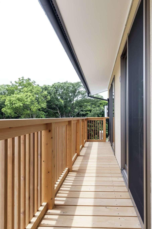 新栄住宅【和風、自然素材、省エネ】一直線につながる2階のベランダ。奥さまのこだわりでタテ格子の手すりを採用