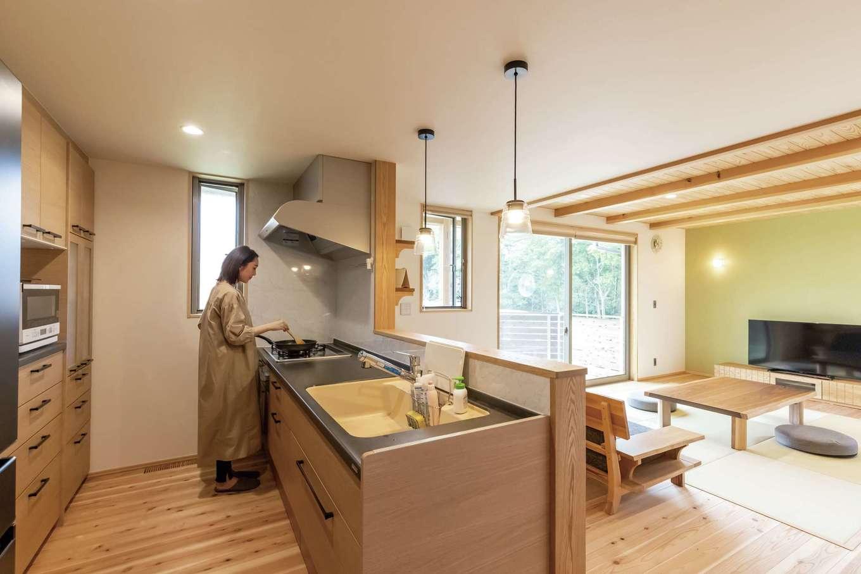 新栄住宅【和風、自然素材、省エネ】家族の様子を見ながら料理できる場所にキッチンを配置
