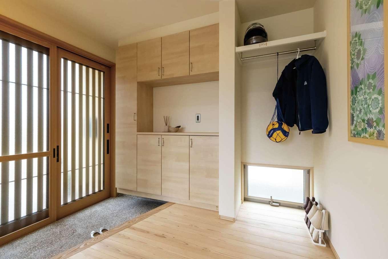 新栄住宅【和風、自然素材、省エネ】洗い出し仕上げの玄関ホール。外着専用のクローゼットを設えて、お出かけ時もラクラク