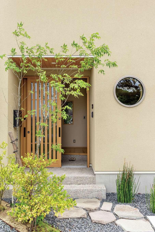 新栄住宅【和風、自然素材、省エネ】丸窓、飛び石、洗い出しが調和した風情ただようアプローチ