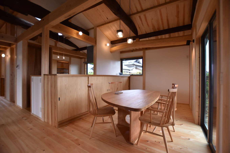 戸田工務店【和風、自然素材、平屋】ダイニングに設けた掃出窓の先にはウッドデッキがあり、自然を身近に感じながら心ゆたかな暮らしを楽しめる。キッチン側の収納棚をはじめ、室内には適量・適所に収納が設けられている