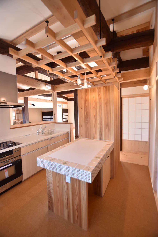 戸田工務店【和風、自然素材、平屋】対面キッチンの背面には、タイル張りの作業台と、庭で採れた野菜などを吊す格子を天井に設けてある。ボタニカルな暮らしが好きな奥さまのこだわり空間