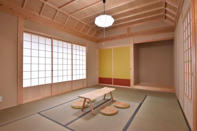 戸田工務店【和風、自然素材、平屋】リビングの続き間の和室。舟底天井や襖の配色にこだわり、上品かつ斬新な空間が実現