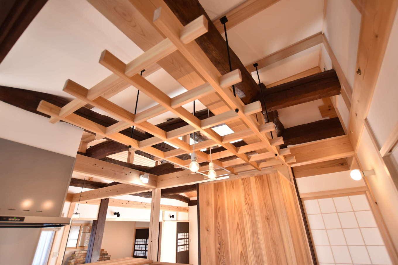 戸田工務店【和風、自然素材、平屋】奥さまのアイデアでキッチンの天井に設けた格子は、庭で採れた野菜を干したり、ドライフラワーを吊るしたりするのに利用でき、ボタニカルな暮らしにぴったりなアイテム