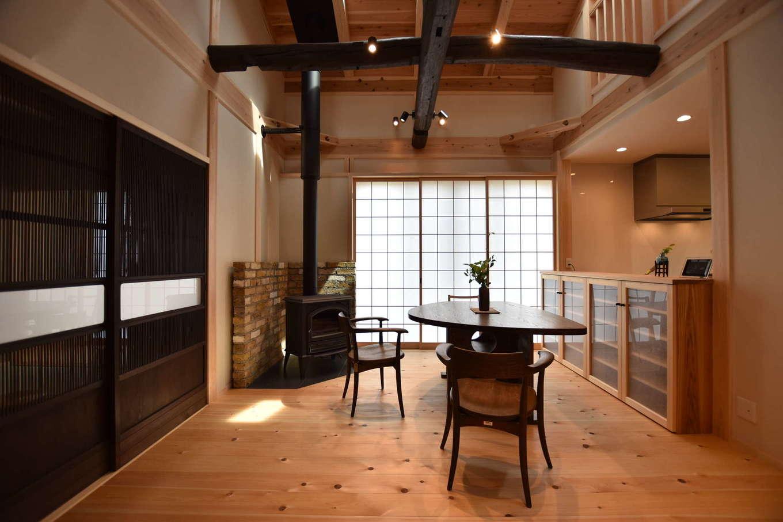 戸田工務店【和風、自然素材、間取り】再利用した古民家の古材や古建具と、真新しい無垢の床や天井、造作家具が調和して、新鮮さと懐かしさが溶け合った居心地の良い空間が実現。冬は薪ストーブで体の芯から暖まる。薪ストーブの背面の壁はレンガ張り