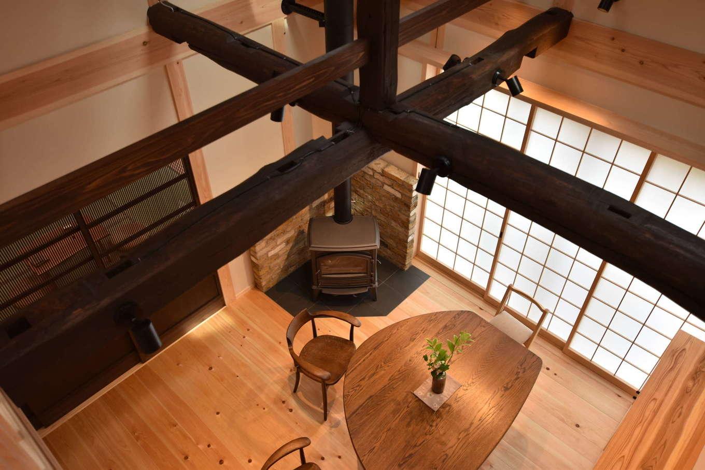 戸田工務店【和風、自然素材、間取り】吹き抜けから見下ろしたダイニングスペース。古材の梁組みが情緒を感じさせる。冬は吹き抜けを通じて薪ストーブの暖かさが家中に行き渡る