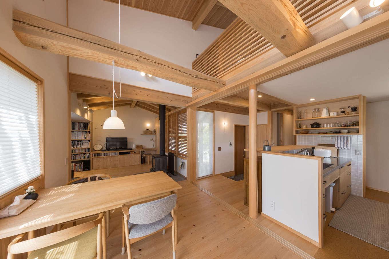 戸田工務店【デザイン住宅、自然素材、間取り】使い勝手の良い間取りの中心はダイニング。コンパクトな空間に吹き抜けが開放感をもたらし、のびのびとくつろげる。また、吹き抜けが1階と2階を繋ぎ、どこにいても家族の気配を感じられる