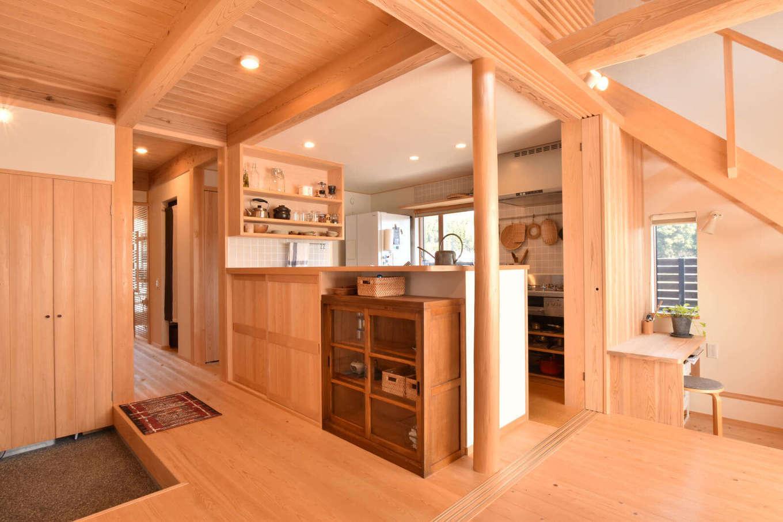 戸田工務店【デザイン住宅、自然素材、間取り】母屋との行き来を考慮して、玄関の真正面に対面キッチンを配置。家族が帰宅した際も、「おかえり」と正面から笑顔で迎えられる。キッチンには造作家具が機能的に設けてあり、奥さまのこだわりが詰まっている