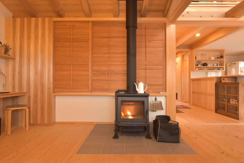 戸田工務店【デザイン住宅、自然素材、間取り】住まいの中心にあたる位置に設けた薪ストーブ。冬はこの1台で家中が暖まる。板張りの床や壁、天井のやさしい木目が安らぎを感じさせる