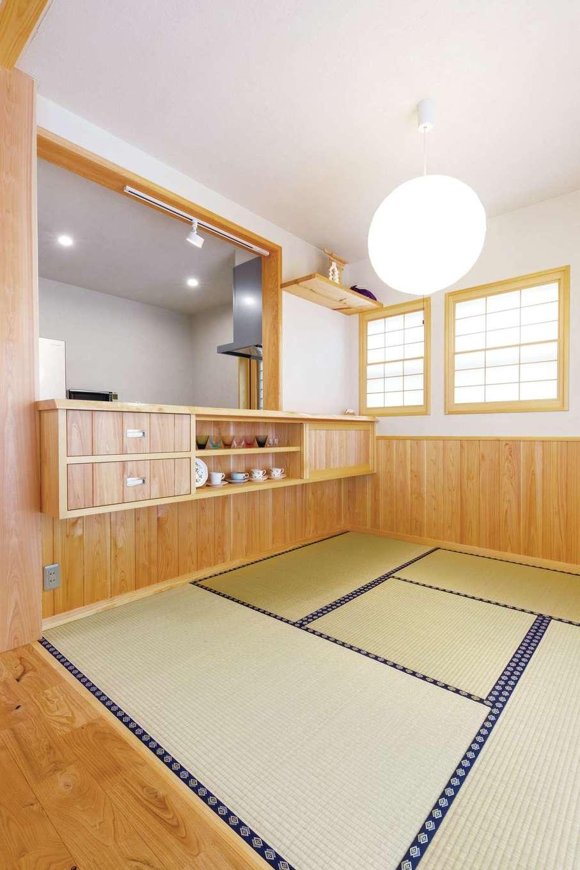 藤田工務店【和風、自然素材、省エネ】リビング横の和コーナーはまったりくつろげるスペース。造作食器棚には奥さまお気に入りのカップをディスプレイ