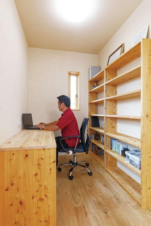 藤田工務店【和風、自然素材、省エネ】寝室の一角に設けたご主人のリモートワーク&勉強用の書斎コーナー。横幅いっぱいの造作本棚は収納力たっぷり
