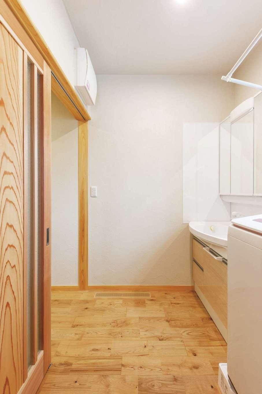 藤田工務店【和風、自然素材、省エネ】洗面室の床も、リビングや廊下から継ぎ目なくつながるクリの無垢材。「最初は水はねが心配でしたが大丈夫でした」と奥さま