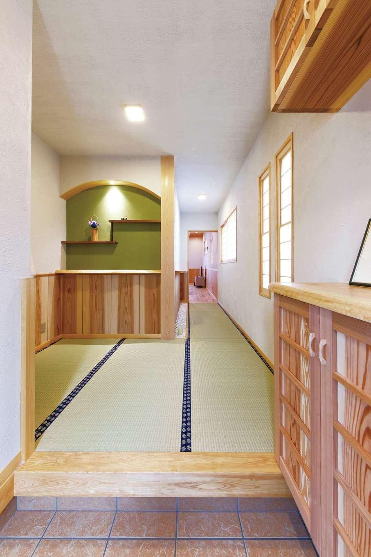 藤田工務店【和風、自然素材、省エネ】「家に帰ってこの玄関を見ると落ち着く」とNさん。畳廊下の端に白い玉砂利をあしらい、造作靴箱の天面とニッチのカウンターにはヒノキ板を使用。ヒノキの通し柱は6寸と存在感抜群