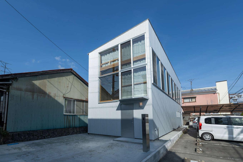 建杜 KENT(大栄工業)【デザイン住宅、狭小住宅、建築家】通りに面した正面の大きな窓が印象的。側面の窓は、将来隣りに家が建っても、視線が合いにくいようにとの配慮