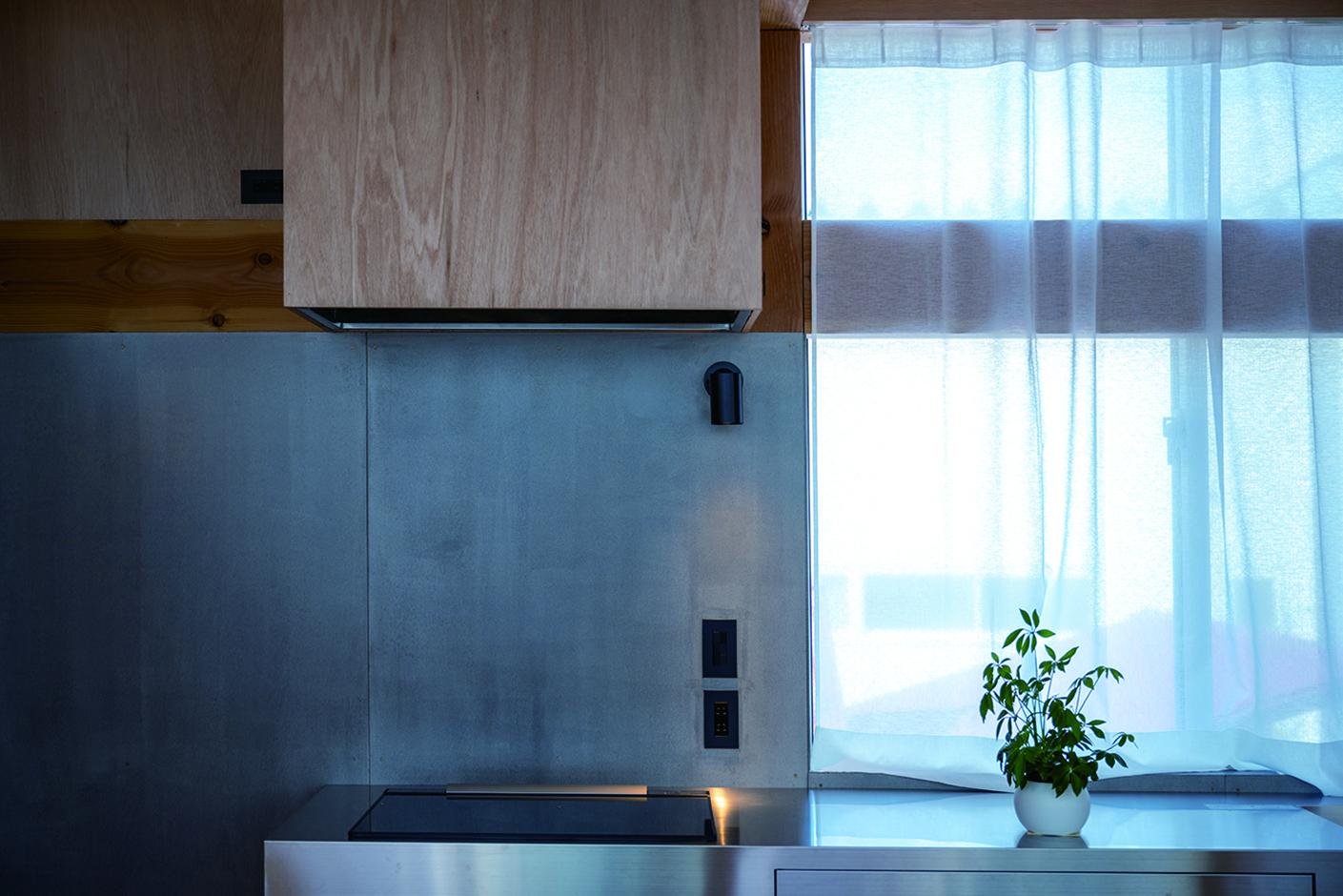建杜 KENT(大栄工業)【デザイン住宅、狭小住宅、建築家】建物の雰囲気に溶け込むよう造作されたキッチンカウンター